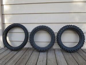 deux pneus 90 100 14 et un pneu 70 100 17 cross en bonne état