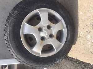 8 pneus 13 po (4 hiver neufs sur jantes acier, 4 été)