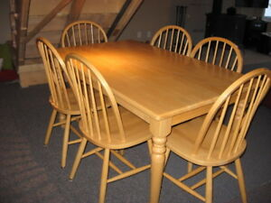 Set de cuisine avec 6 chaises, en bois franc