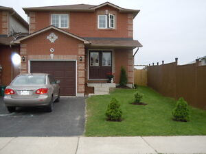 Awesome 3 or 4 Bedroom End Unit Townhome in SE Barrie near Go !!