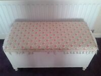 White Lloyd Loom style vintage ottaman lovely piece & very good condition