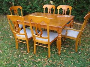 TABLE DE CUISINE EN BOIS + 6 CHAISES