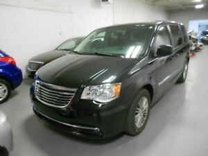 2015 Chrysler Town & Country Touring; Leather, more!