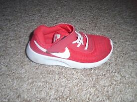 Nike girls shoes size 9,5 in good condition-post it