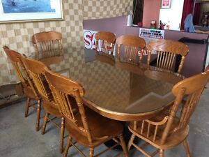 SOLID OAK 9 PIECE DINING ROOM SET; COMES WITH GLASS TOP