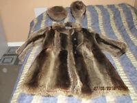 Manteau de chat sauvage   et 2 chapeaux en fourrure de chat
