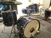 Kit vintage 4 mcx. incluant cymbales, pédales et stands