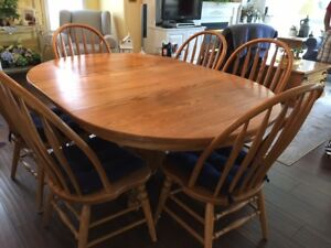 Oak dining set with 6 chairs and two leafs