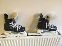 Boys ice hockey skates Bauer size 2.5, excellent condition, come with skate guards