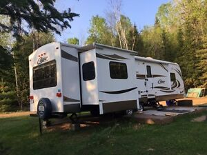 2012 Keystone Cougar 32ft camping trailer
