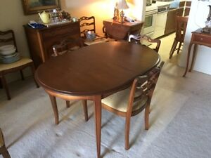 Dresser/China hutch - Table with leaf and 4 chairs Oak