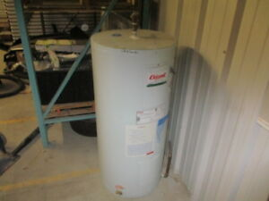 40 GAL ELECTRIC HOT WATER TANK ( GIANT )