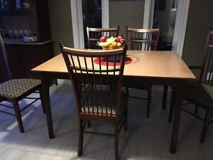 set de table et 6 chaises ainsi que Buffet