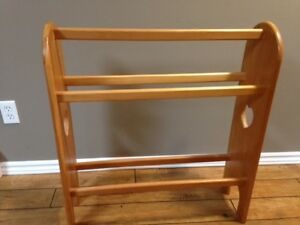 Wooden quilt or blanket rack - Support à courtepointe
