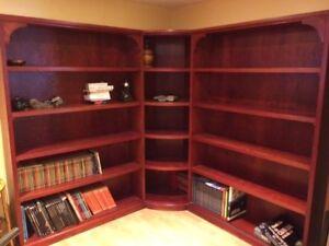 Bibliothèque en bois teint rouge-bourgogne fait par ébéniste