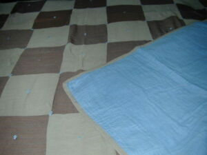 VINTAGE HAND MADE TWIN/SINGLE SIZE QUILT