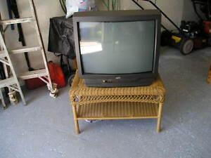 TV couleur JVC avec table en rotin à vendre