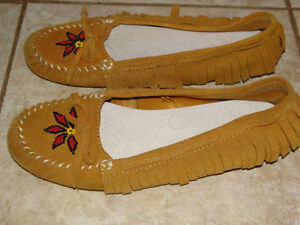 LADIES AMERICAN EAGLE MOCASSINS, SIZE 7 London Ontario image 2