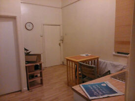 *BCH* Large Studio flat located in EDGBASTON, MONUMENT ROAD! 2 mins from Hagley Road & Broad St !