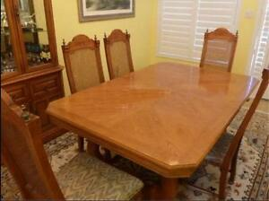 large solid oak dining table and 5 chairs in great cond