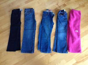 4 paires de jeans et une paire de pantalon