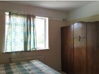Headington large attractive bedroom available immediately to a single professional/student