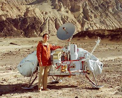 CARL SAGAN WITH MODEL OF MARS VIKING LANDER 8x10 PHOTO