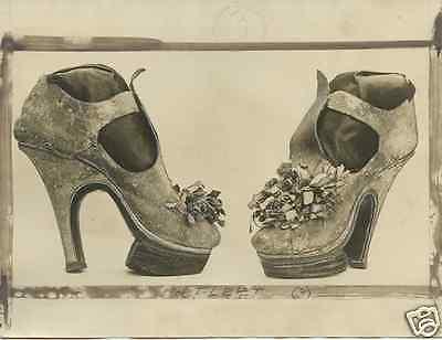 UNDERWOOD & UNDERWOOD 5 photos detailing shoe fashion from 1500 thru 1700