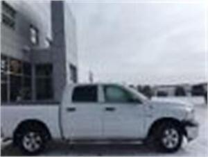 2015 RAM 1500 ST CREW CAB TONNEAU COVER ONE OWNER !!