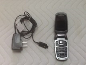 TELUS SAMSUNG FLIP CELL PHONE–INCLUDES CHARGER