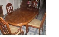 an extendable dining table with 4 chair
