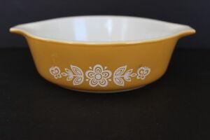 Vintage-Retro-Round-Pyrex-White-Butterfly-Flower-Gold-Casserole-Dish-1-Pint-471