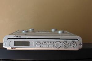 RADIO LECTEUR CD CURTIS A INSTALLÉ SOUS UNE ARMOIRE