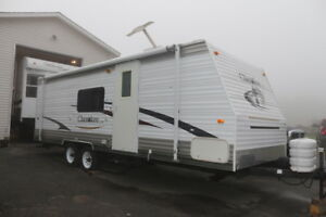 2006 CHEROKEE LITE 25DD WITH BUNK ROOM SLIDE OUT
