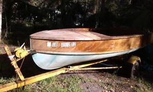 1959 WHIRLWIND WOODEN MAHOGANNY 14 FT BOAT