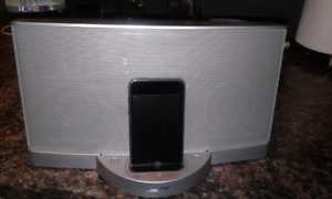 ~LIKE NEW~ BOSE Sound Speaker & 64GB 5th Generation iPod Touch