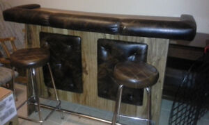 BAR WITH 2 BAR STOOLS EXCELLENT CONDITION $180obo