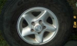 2 pneus hiver Wrangler sur mags 265/75r16 comme neuf, 280$ Les 2