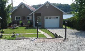 bungalow bord de l eau  lac navigable avec quai et pédalo