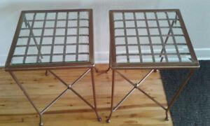 A vendre 4 chaises antiques  et 2 tables d'appoint