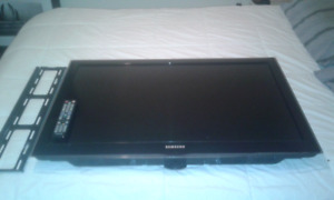 "Samsung 40"" 1080p tv with wall mount"