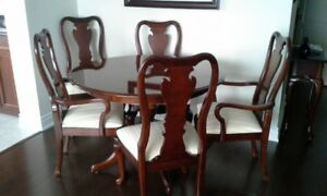 Thomasville Cherry Wood Dining Table and Chairs - Like New