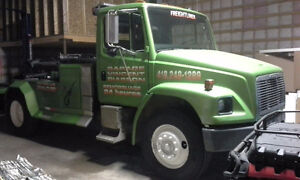 Remorqueuse towing freightliner