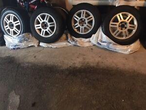 4 pneus d'hiver 215/60R16 avec mags en bon état