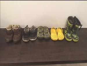 Plusieurs chaussures pour enfant,garçon, crocs, bottes, sandales