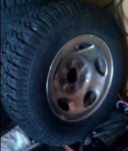 4 pneus presque neufs LT225/75R16