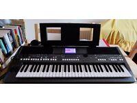 Yamaha PSR S670 Arranger Workstation keyboard and stand