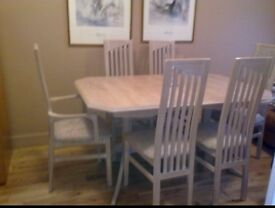 Extending Table & 6 Chairs (2 Carvers)