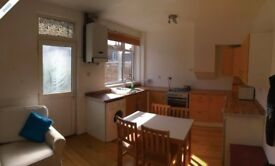 Short term nice 3 bed house to rent close to town. Whole place or single rooms