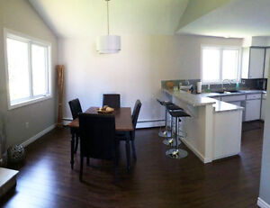 Newly Renovated 2 Bedroom in Desirable Sunshine Gardens